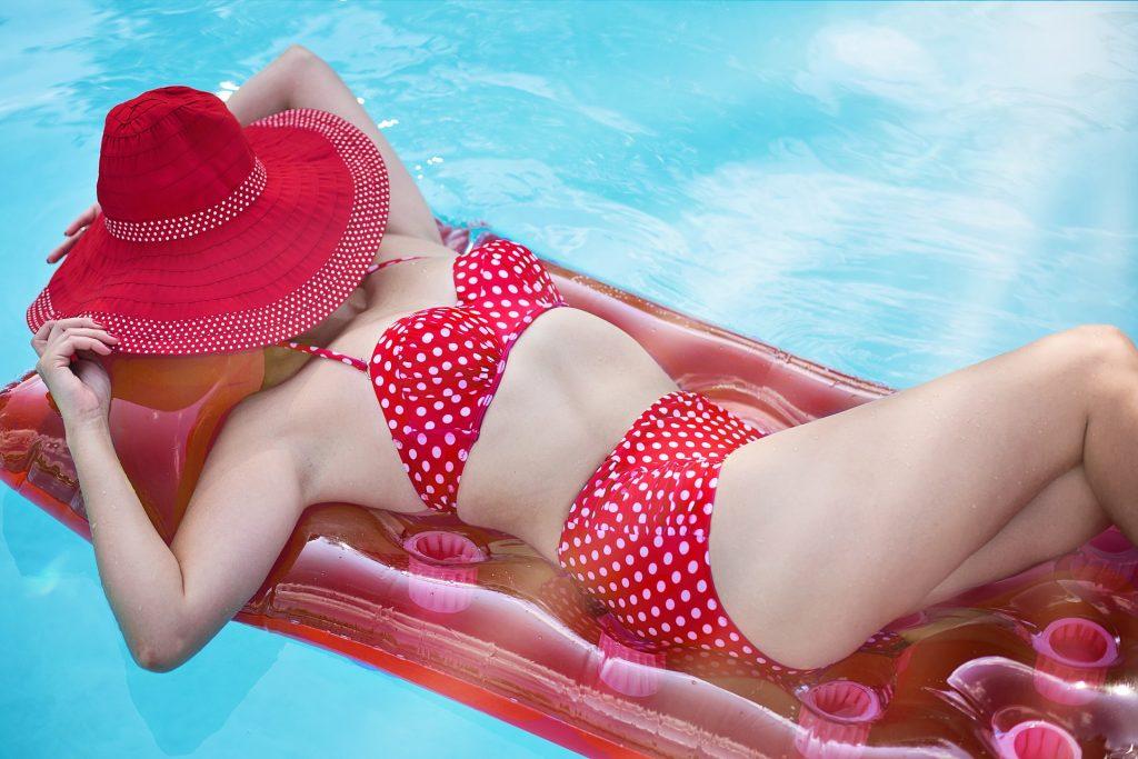 Donna in bikini in piscina. Come trattare i costumi dopo il mare e la piscina.